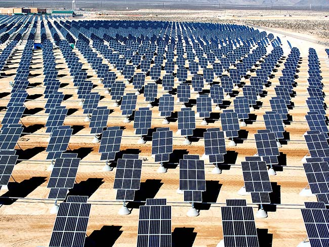 Các tấm pin năng lượng mặt trời là trung tâm chuyển hóa quang năng thành điện năng